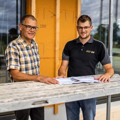 Bild zeigt Vater und Sohn: Henri- und Lukas Krattiger